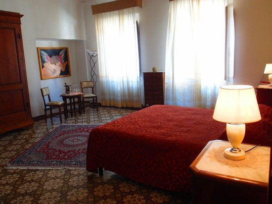 Il Palazzo Boutique B&B: 部屋の照明は どこも電球が切れていてここしかつかなかった。夜は暗すぎる。