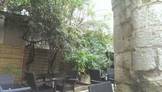 Vingelique: Terrasse ombragé autour de vestige romain.