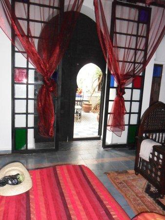 Dar Naima: La double porte typique de notre chambre, donnant s patio