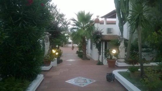 Gattopardo Park Hotel: Giardino con camere ai lati