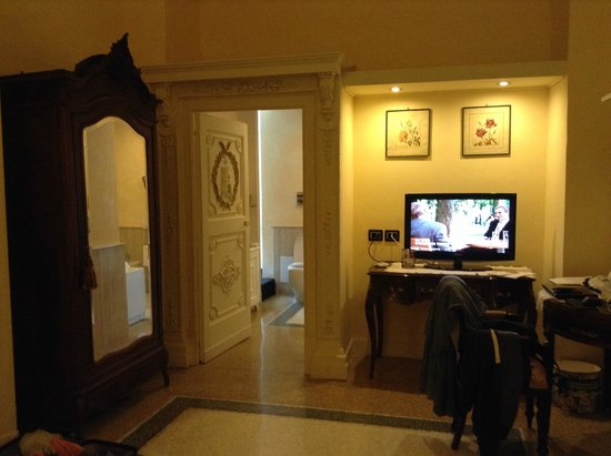 Relais Villa Signorini: Our suite with a pic from the bed towards the bathroom