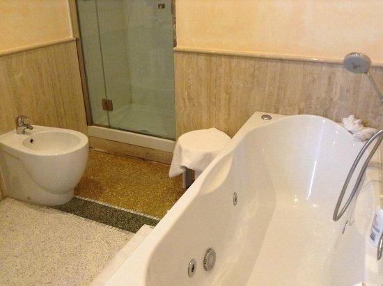Relais Villa Signorini: The spa bath and shower