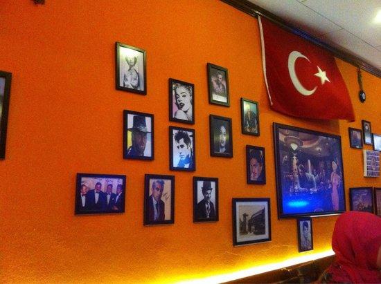 Istanbul restaurant Cafe, Turkish Delight: Un des mur. Celui d'en face est aussi couvert de photos d'acteurs célèbres.