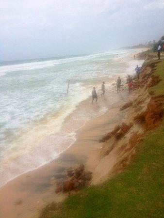 The Long Beach Resort & Spa : В последний день нашего отдыха (примерно 15.07.2014) пляж размыло и начало подмывать отель...((