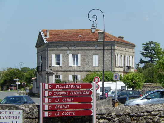 Le Pavillon Villemaurine: The exterior as seen walking from the village