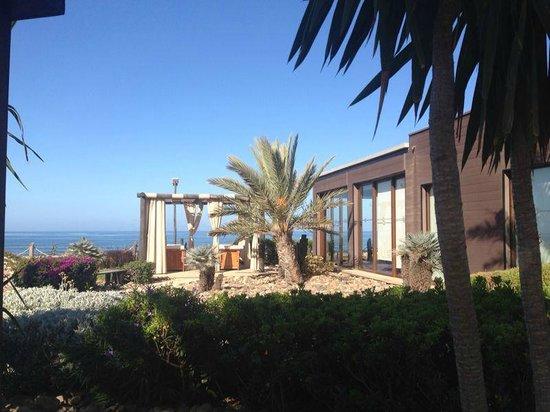 Paradis Plage Surf Yoga & Spa Resort : yoga shalla and outdoor massage tables