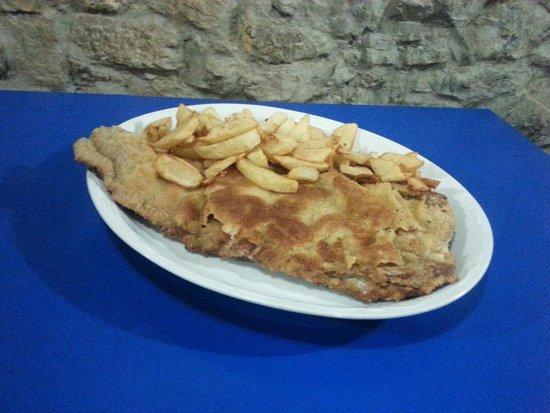 Restaurante Traslavilla: Cachopo de ternera, rellleno de jamón y queso, con guarnición de patatas fritas