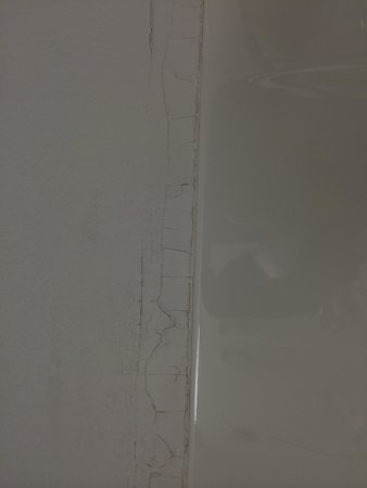 Microtel Inn & Suites by Wyndham Springfield: Cracked paint/plaster
