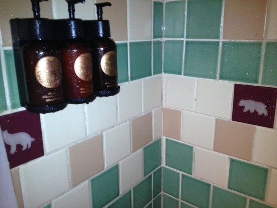 Old Faithful Inn : Animal tiles in bathroom