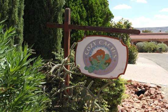 Cozy Cactus Bed and Breakfast : Sign