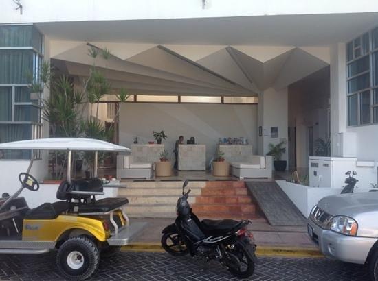 Hotel Bahia Chac Chi: De entreehal van het hotel gewoon half buiten met een paar heerlijke zitjes