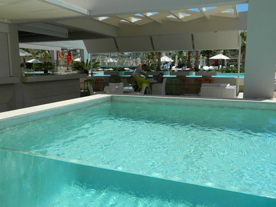 Avra Imperial Hotel : Main pool bar