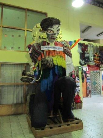 Centro Artesanal Cusco : Escultura no interior