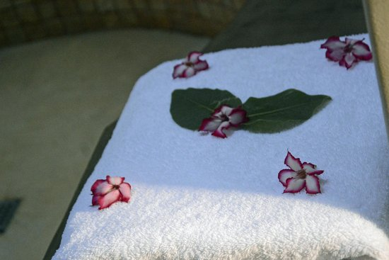 Naledi Game Lodges: Impala lilies on our towels. Lovely touch!