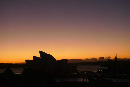 Holiday Inn Old Sydney: sunrise view of the opera house from our room