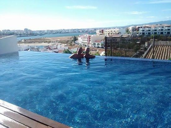 ONE2SEVEN: Swimming pool with a view