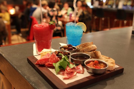 Charlies Pizza & Pasta Summerstrand: How about a cocktail and some Nibbles from our platter menu?