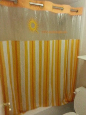 La Quinta Inn Colorado Springs Garden of the Gods: Nice mold shower curtain