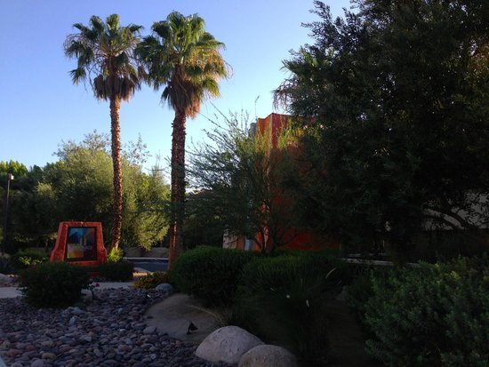 The Monroe Palm Springs: within walking distance into town
