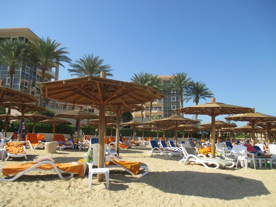 Hurghada Marriott Beach Resort: Sun beds and towels