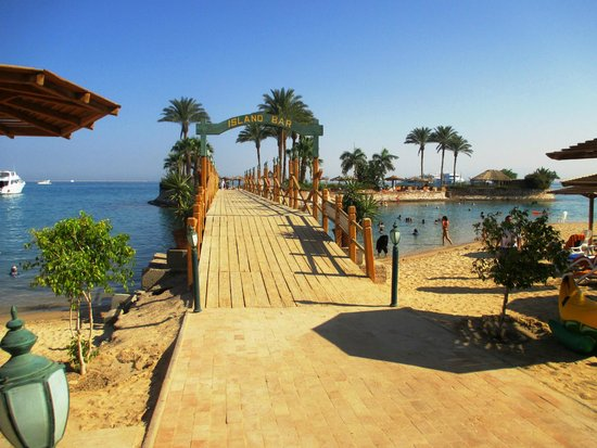 Hurghada Marriott Beach Resort: Bridge connecting both beach areas together - beach bar available on both sides