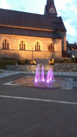 Hotel Lukashansl: Église de bruck avec la fontaine illuminée