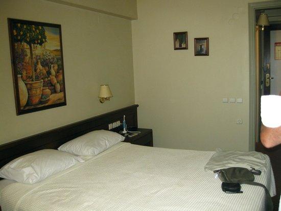 Coral Hotel Athens: Interno camera