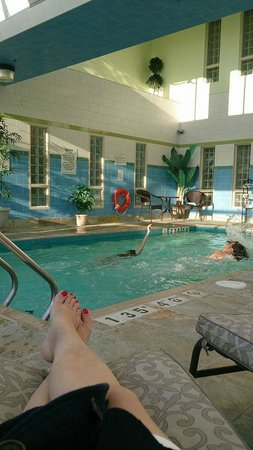 Monte Carlo Inn - Barrie Suites: Indoor pool-small but clean