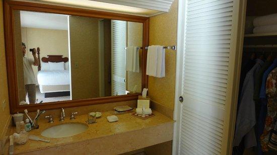 Hyatt Regency Waikiki Resort & Spa: 洗面所は狭い