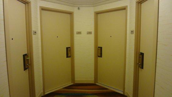 Hyatt Regency Waikiki Resort & Spa: 部屋の扉はかなり隣接している