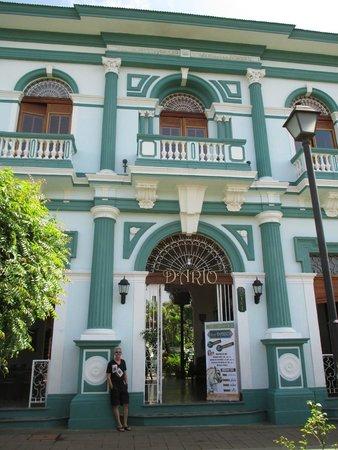Hotel Dario: Entrance and balcony rooms above Calle la Calzada.