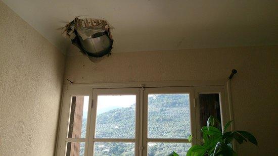 L'Auberge Provencale : The corridor ceiling