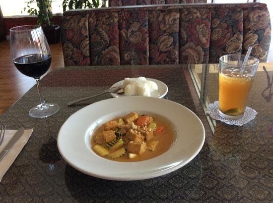 Thai Delight: Panang Curry, Iced Tea & Red Wine