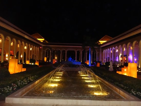 Paradisus Palma Real Golf & Spa Resort: Hotel grounds at night