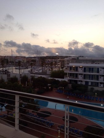 Marina Club Lagos Resort: Vista da sacada pra piscina e marina.