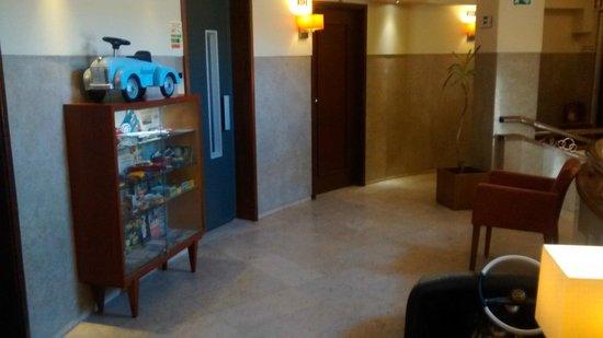 Pao de Acucar Hotel: Corredores decorados com peças antigas