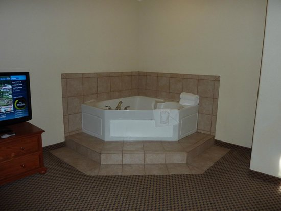 Holiday Inn Express & Suites: Spot the jacuzzi!