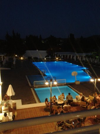 Platanista Hotel: one of the pools at night