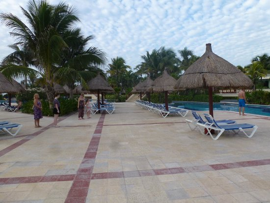 Plage d'Akumal: Interface between the beach and the Akumal Resort and pool complex