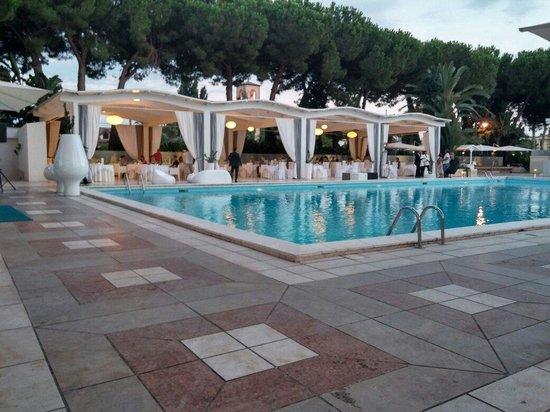 Hotel Cerere: Piscina con gazebo