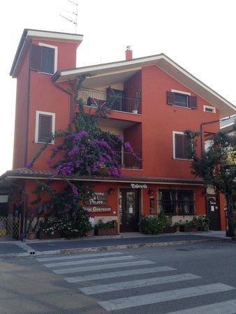 Taverna Del Priore: La Taverna vista dal marciapiede opposto