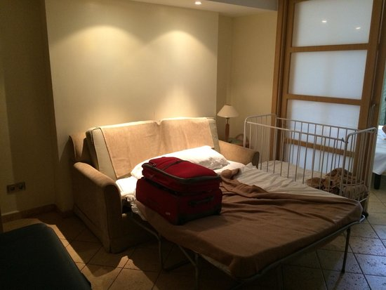 Sol Lanzarote: Sofá cama y cuna. Sofá no apto para adultos o niños mayores.