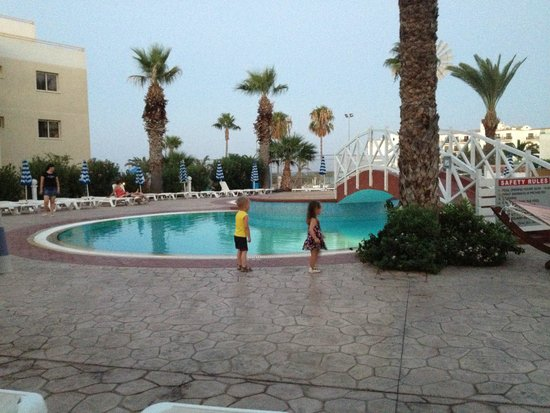Tsokkos Beach Hotel: Вечером у бассейна