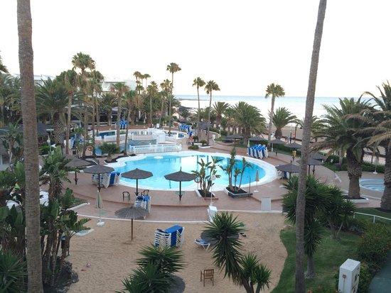 Sol Lanzarote All Inclusive: Vistas desde habitación. Piscinas muy justas de espacio.