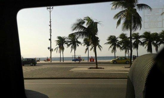 Rio Maximo: Copacabana,foto tirada de dentro da Van , muito confortável.