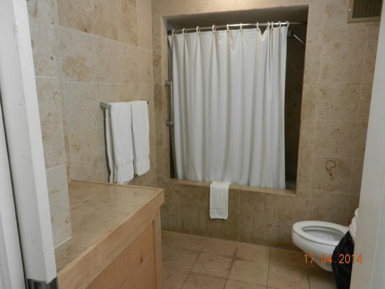 Hilo Naniloa Hotel : Bom banheiro