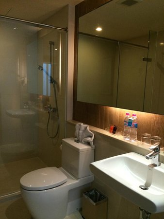 On8 Sukhumvit Nana By Compass Hospitality: clean large bathroom