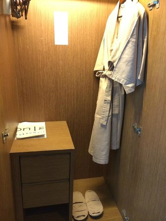 On8 Sukhumvit Nana By Compass Hospitality: nice bathrobes and slippers