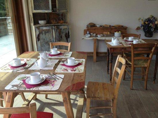 Bed and Breakfast Fra Rose e Mughi: Sala colazione