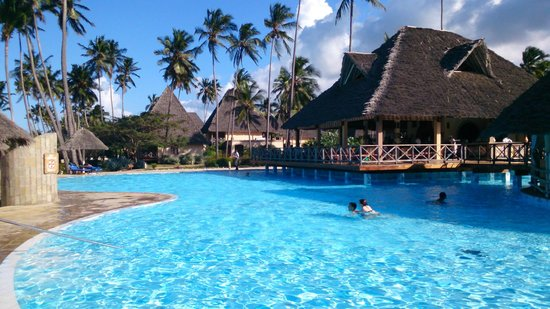Neptune Pwani Beach Resort & Spa: La piscine principale et le bar